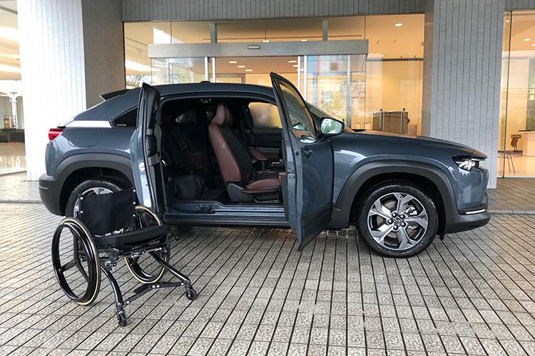 開発中の「Self-empowerment Driving Vehicle」(クルマ椅子の人も運転できる仕様)は、フリースタイルドアのおかげでクルマ椅子(専用デザインの軽量タイプを試作中)を自分で積み込むことを可能とする