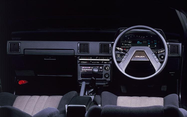 当時のトヨタのスペシャルティーカーはデジタルメーター