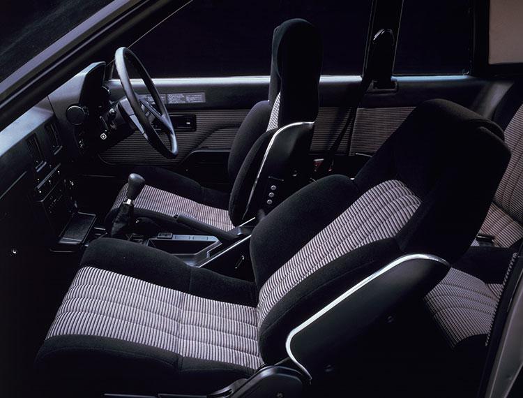 クーペ2000GTにはデザイン性も高いハイバックシートが備わっていた