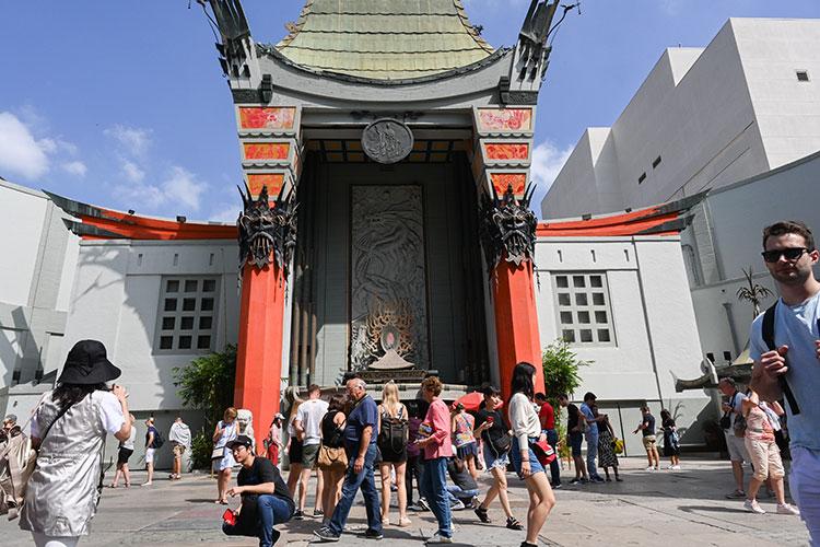 中国の寺院のような外観の劇場「TCL チャイニーズ・シアター」。多くの有名俳優の手形や足形、サインが入ったタイルが敷かれ、多くの人が集まる観光スポットだ