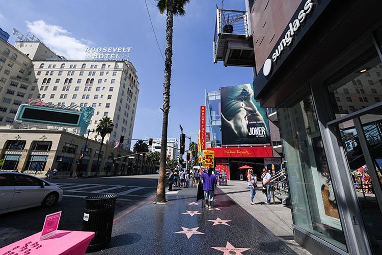 ハリウッド大通りを歩く。右側にチャイニーズ・シアターがある