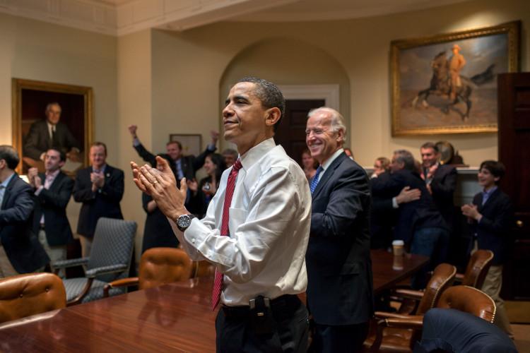 2010年、ルーズベルトルームでジョー・バイデン副大統領らとともに、患者保護ならびに医療負担適正化法が可決に必要な票数を確保できたことを見届ける