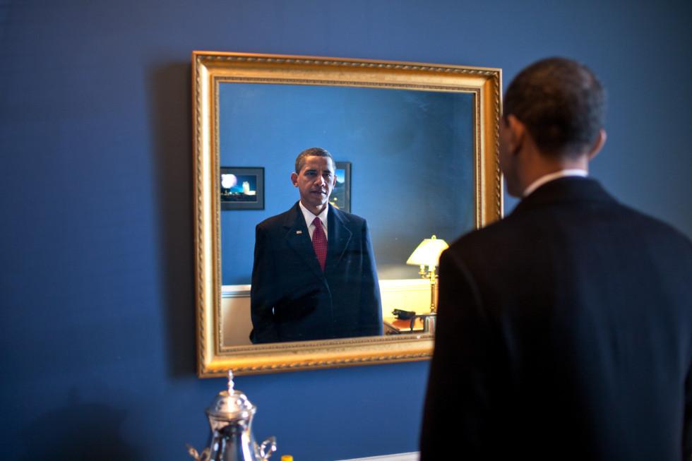 就任の宣誓に出ていく直前に祈りの言葉を唱える(©Pete Souza/The White House)