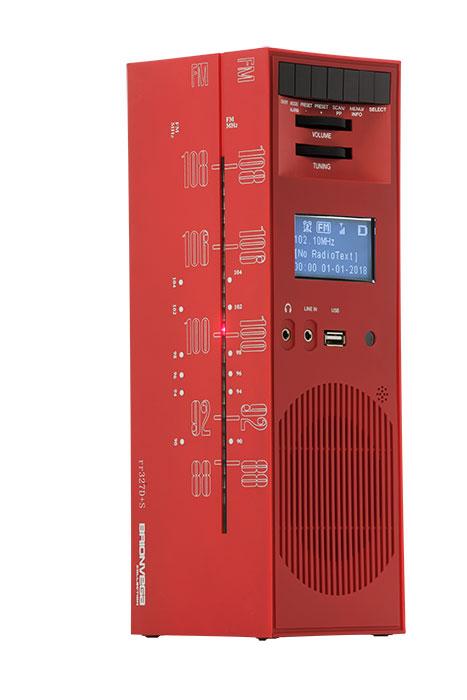 BV2社によるブリオンヴェガ「グラッタチエロrr327D+S」。マルコ・ザヌーゾがデザインし、1965年に発表されたラジオを復刻したもの。高さ28cm