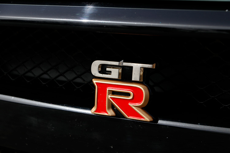 R35(現行型)をモチーフにした前面のバッジ。1個1個手塗りで仕上げられる