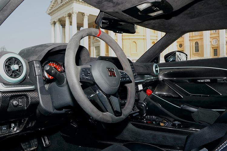 ダッシュボードはアッパー部分こそ保安基準に適合すべくベース車両を踏襲しているが、ロワー部分はカーボンで武装されている。テストカーのため、センターコンソールには非常停止用のキルスイッチが設けられている