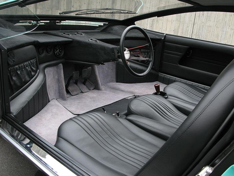 ドライバーが、3人掛けの中央に座る個性的なデザイン