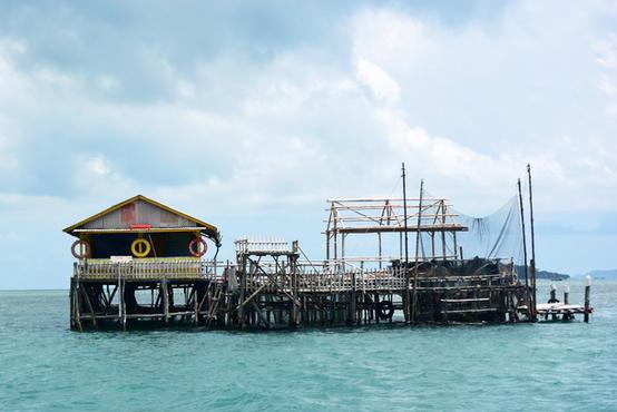 水上ハウス「ケロン」でバーベキュー インドネシア・ビンタン島