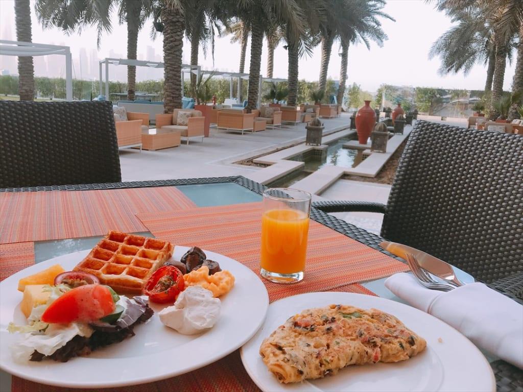 朝ヨガ、アフタヌーンティー、スパ……。ドバイで優雅なホテルステイを