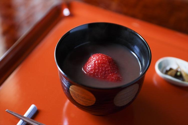 温かい甘味に一粒の春を添えて 「茶菓円山」の苺汁粉