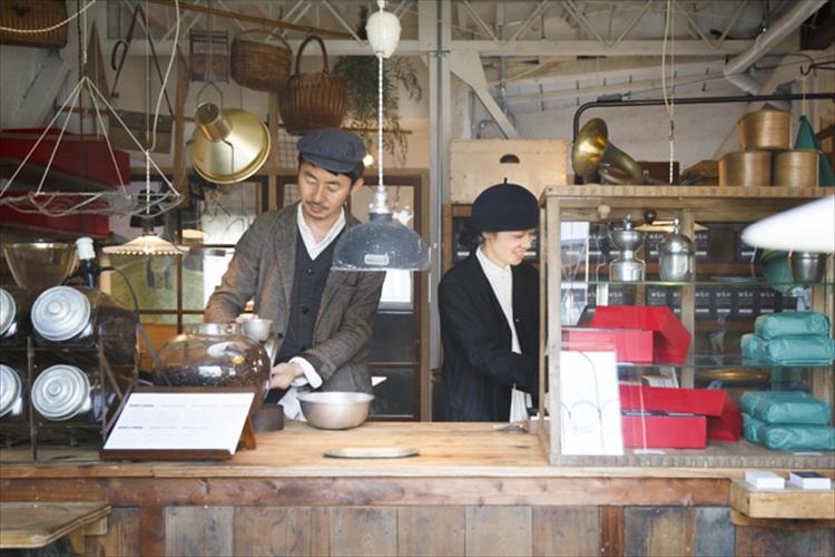 焙煎したてのコーヒーと古道具が彩る 人気カフェWIFE&HUSBANDの新拠点