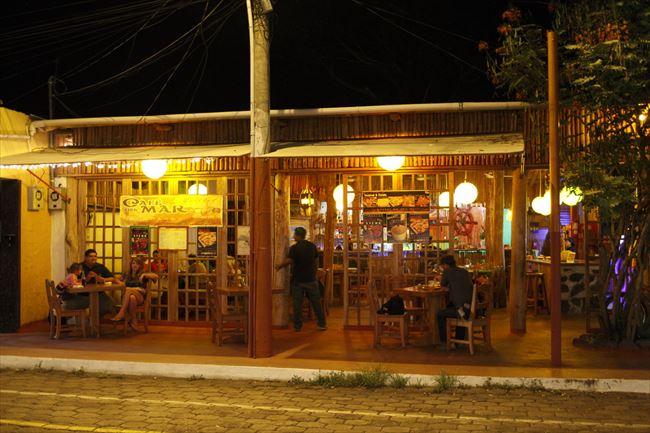 観光客が集まる港町・プエルトアヨラの飲食店