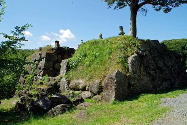 崩れた石垣が歴史を物語る