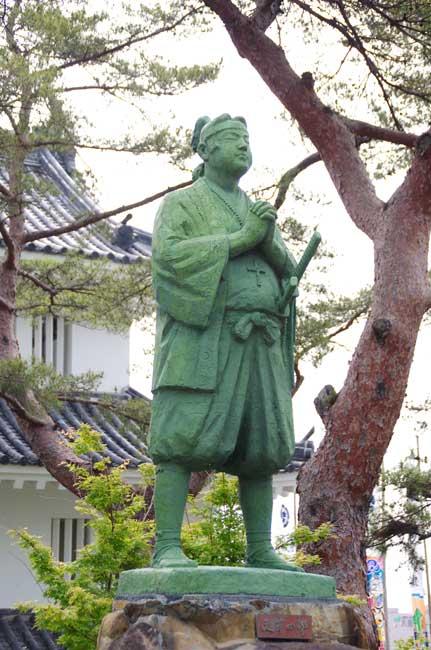 城内に建つ天草四郎時貞の像