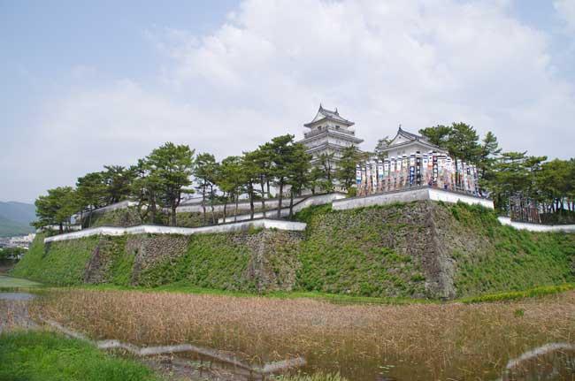 幾重にも折れる本丸南面の石垣。本丸には五重の天守が建つ