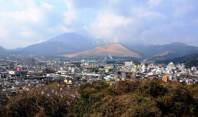 鶴見岳を背景に広がる別府温泉