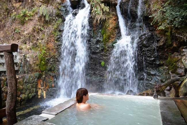 山の風情が味わえる温泉も