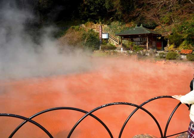 赤色の熱泥が噴出する血の池地獄