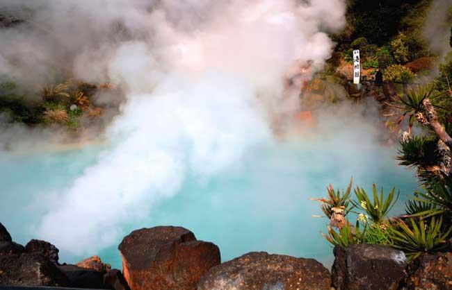 白い噴煙が上がる高温の海地獄