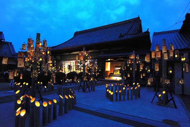 薄明かりが幻想的な「うすき竹宵」