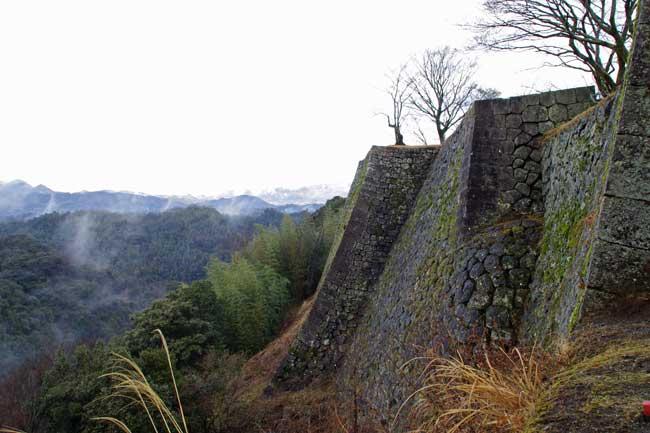 岡城のメインビジュアル、本丸北側の高石垣。岩盤上にそそり立つ