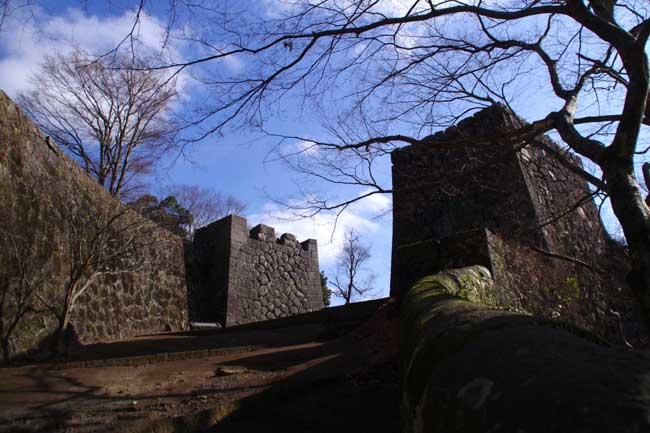 大手門跡。ヨーロッパの古城を思わせる存在感と壮麗さがある