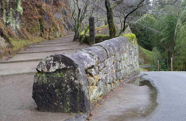 全国的にも珍しい「かまぼこ石」