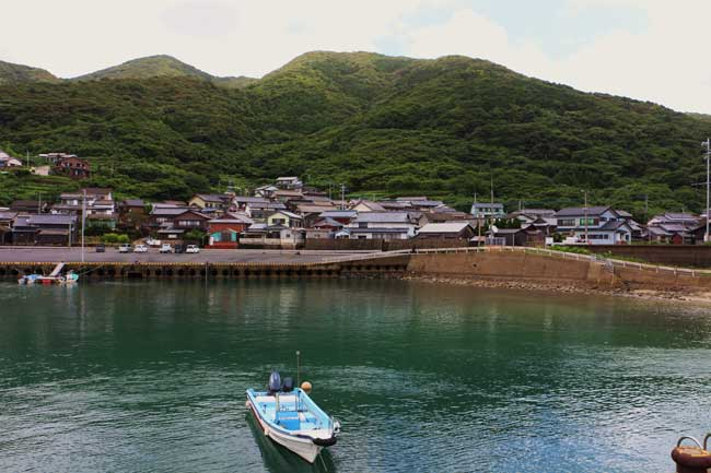 リアス式の海岸には大小の漁港があちこちに