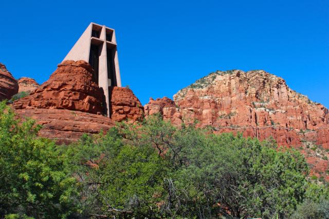 アリゾナ州らしい赤土の険しい岩の景観。そんな岩の上に融合して「ホーリークロス教会」の内部は簡素で厳かな雰囲気に満ちています