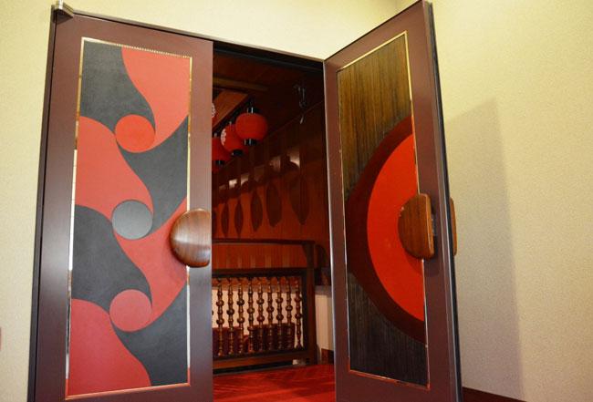 扉のモダンな柄も漆塗り