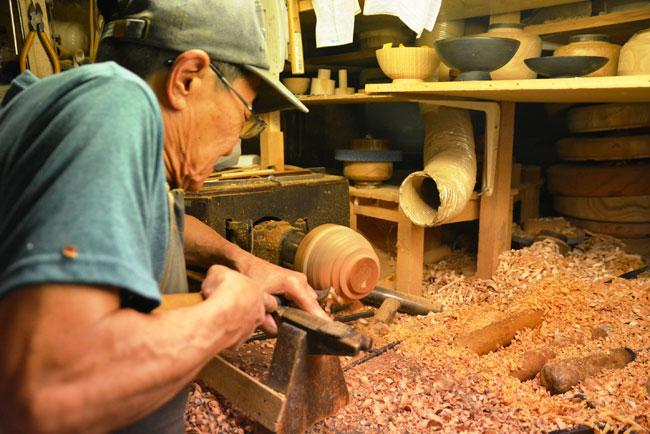 ロクロを使った木地挽き
