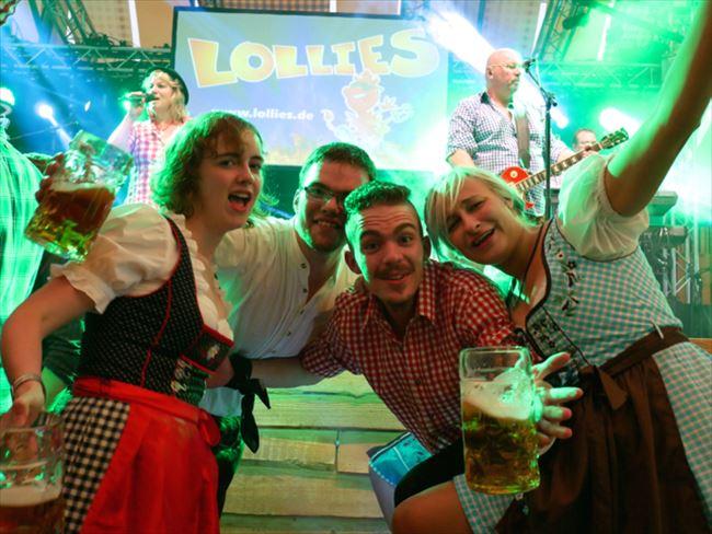 シュツットガルトの「フォルクスフェスト」のビールテント内。ミュンヘンと比べると観光客がぐっと少なく、ステージとの距離が近く、予約なしのひとり客でも入りやすい