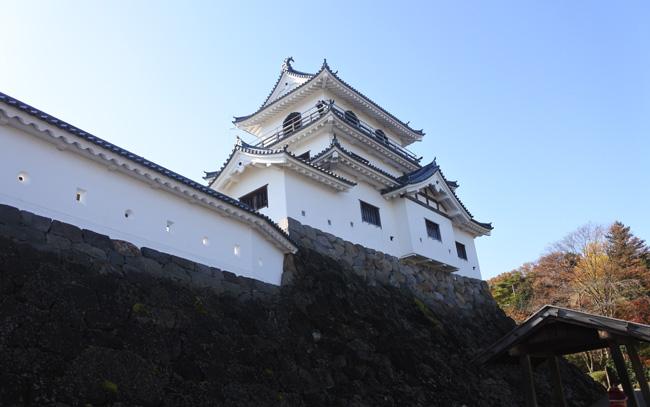 三階櫓(やぐら)は1995(平成7)年に木造で史実に忠実に復元された