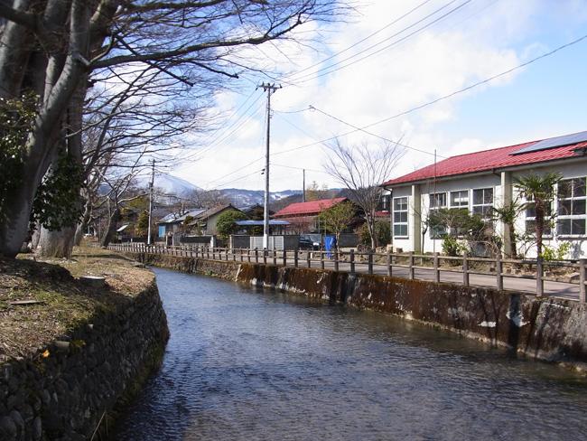かつての三の丸外堀にあたる沢端川
