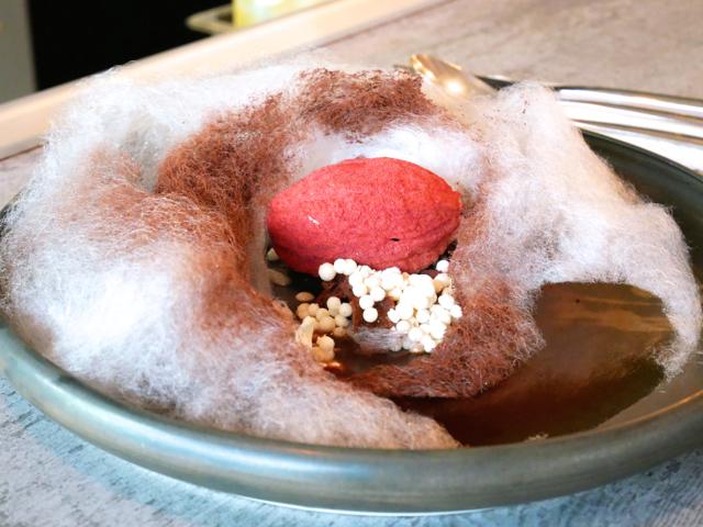 「2am:dessertbar」の人気デザート「カカオフォレスト」。カカオ豆に見立てたアールグレイとチョコレートのムースが綿あめに覆われていて、リキュールをかけるとみるみるうちに溶けて消えてしまいます