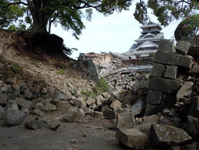 数寄屋丸御門の枡形。奥は宇土櫓(2016. 4. 17/熊本市公開)