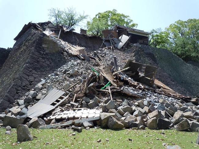 本震で倒壊した北十八間櫓(左)と半壊した五間櫓(右)(2016. 4. 25/熊本市公開)