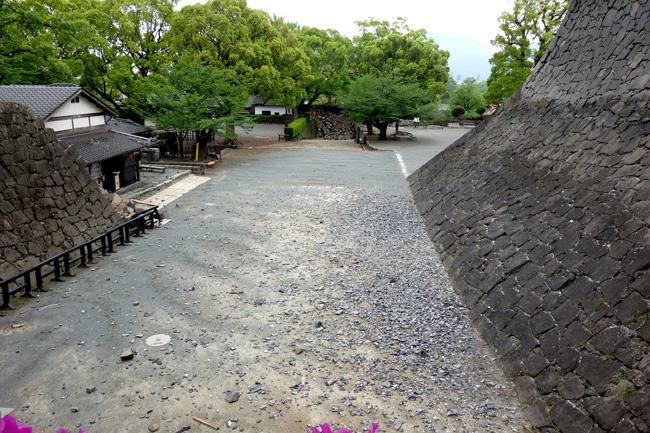 天守台付近に飛散する瓦や石材の破片(2016. 4. 23/熊本市撮影)