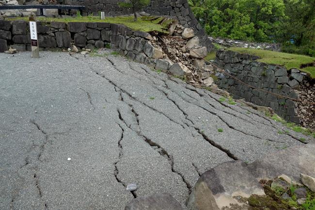 天守前の地割れ。城内は地盤の陥没や地割れがいたるところで見られた(2016. 4. 23/熊本市撮影)