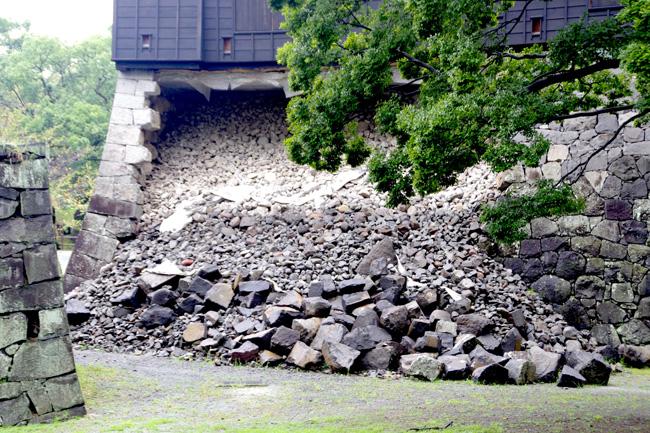 馬具櫓の石垣。地震直後の時点では膨らみが見られただけだったが、地震から1か月近く経った5月10日に突然崩落した(2016. 9. 14/萩原さちこ撮影)