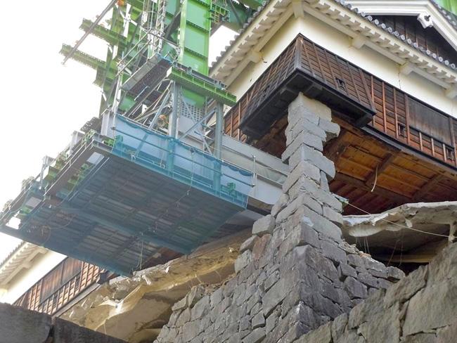 飯田丸五階櫓(やぐら)。石垣の崩落部分を鉄骨で支えているが、あくまで倒壊防止の応急処置にすぎず、復旧には慎重な検討が必要とされる(2016.8.12/熊本市公開)