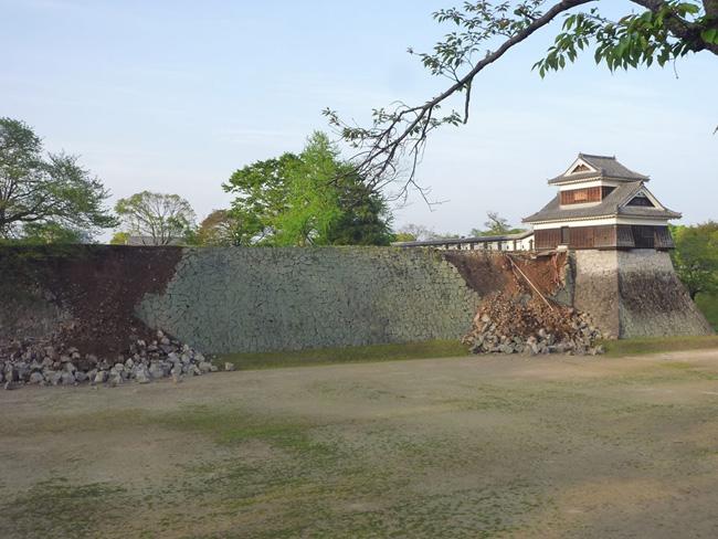 前震翌日の戊亥(いぬい)櫓の石垣。被害はあったものの櫓台は崩落していなかった(2016.4.15/熊本市撮影)