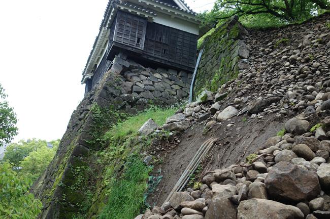 平櫓下の石垣には、かなりの「はらみ出し」が確認できる(2016.5.6/熊本市撮影)