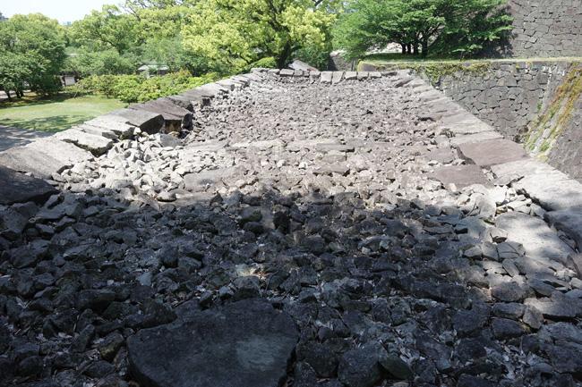 竹の丸元札櫓門跡の石塁。内部に詰まった裏込石が全体的に沈下している(2016.4.30/熊本市撮影)