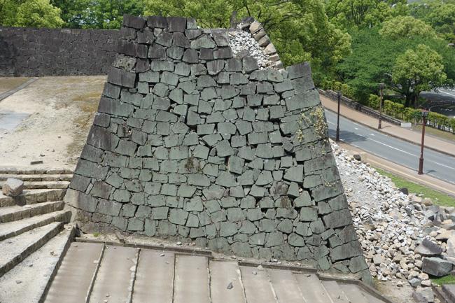 二の丸御門跡の崩落した石垣。2筋の地割れのような亀裂があり、空隙(くうげき)に平行するように石垣が外方向に崩落している(2016.5.5/熊本市撮影)