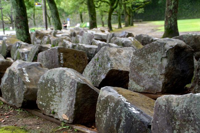 棒庵(ぼうあん)坂横広場に移動された石材。ナンバリングされている(2016.9.14/萩原さちこ撮影)