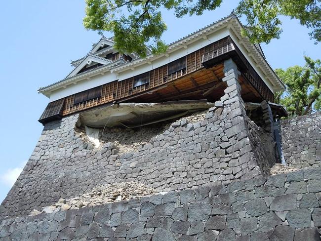 飯田丸五階櫓の「奇跡の1本石垣」。「早く助けて欲しい」との市民の声に応え、早急な措置が取られた(2016.4.22/熊本市撮影)