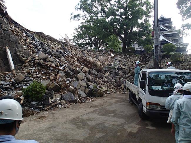 頬当御門周辺の撤去作業のようす。熊本市は3年後の天守復旧を目指すことを発表した。ここに、天守の修復に必要な重機が通れるようスロープを設ける予定だ(2016.9.27/熊本市公開)