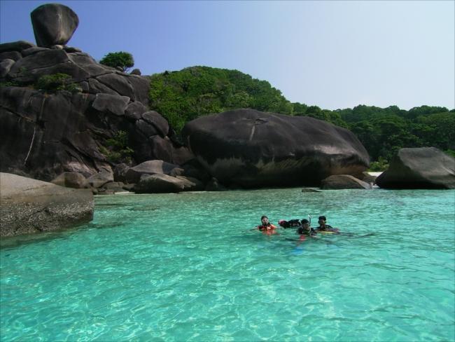 プーケットからボートで約3時間。透明度の高さがグンとアップするシミラン諸島