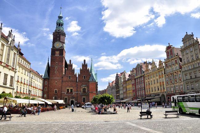 カラフルな建物が並ぶ中央広場
